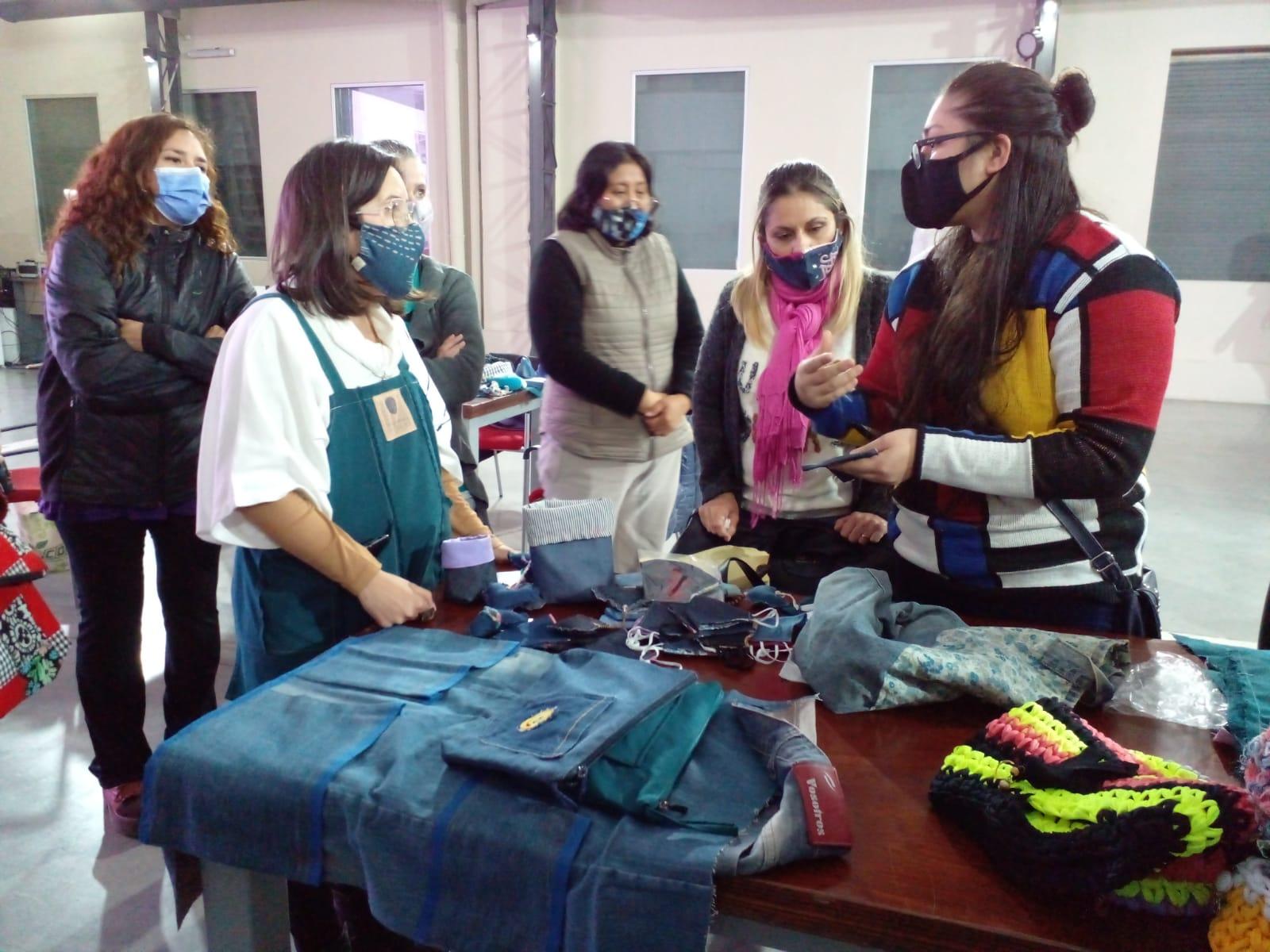 """Diego Bartalotta visito la clase de Reciclaje textil que forma parte del proyecto """"Avellaneda recicla""""."""